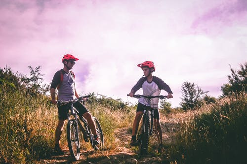 Immagine gratuita di adolescente, adulto, andando in mountain bike, andare in bicicletta