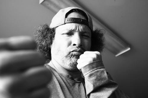 Foto d'estoc gratuïta de autofoto, blanc i negre, lluitador, sóc el més gran
