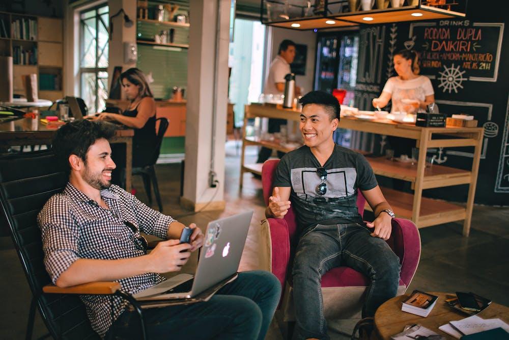 Des hommes en conversation   Photo : Pexels