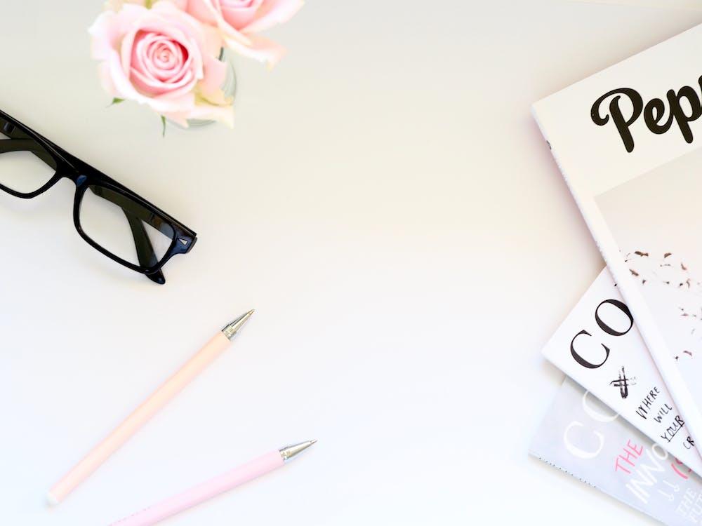 biurko, biuro, czasopisma