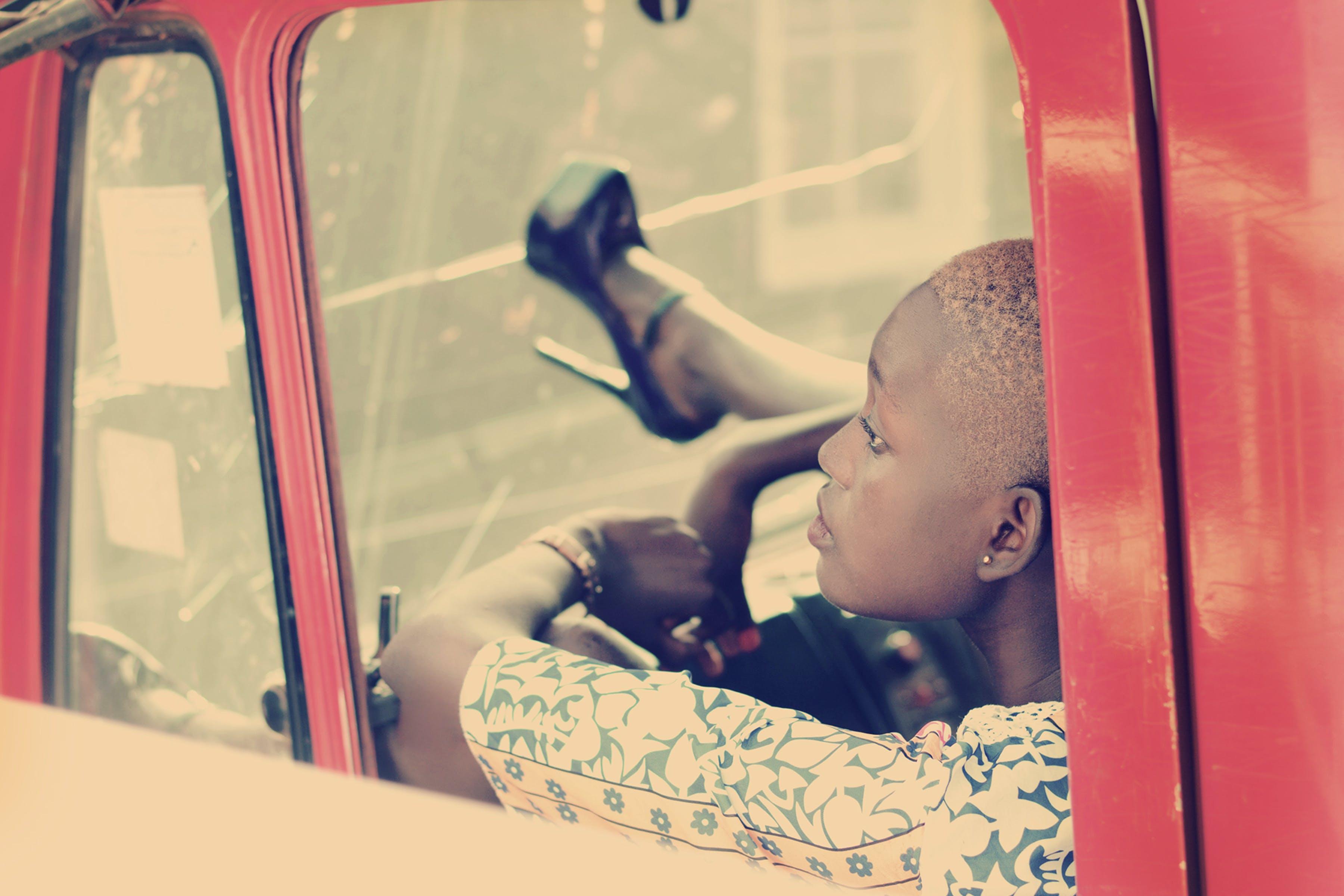 афро-американська жінка, взуття, всередині