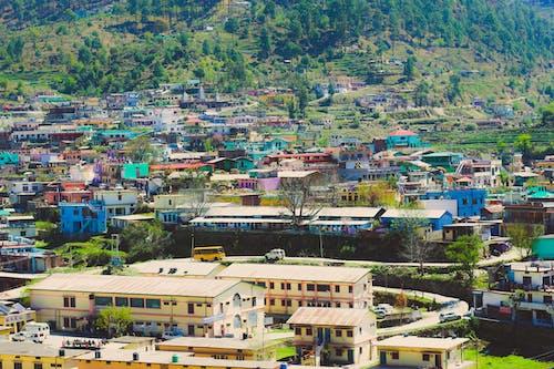 Gratis lagerfoto af bjerge, by, ferie, klare farver
