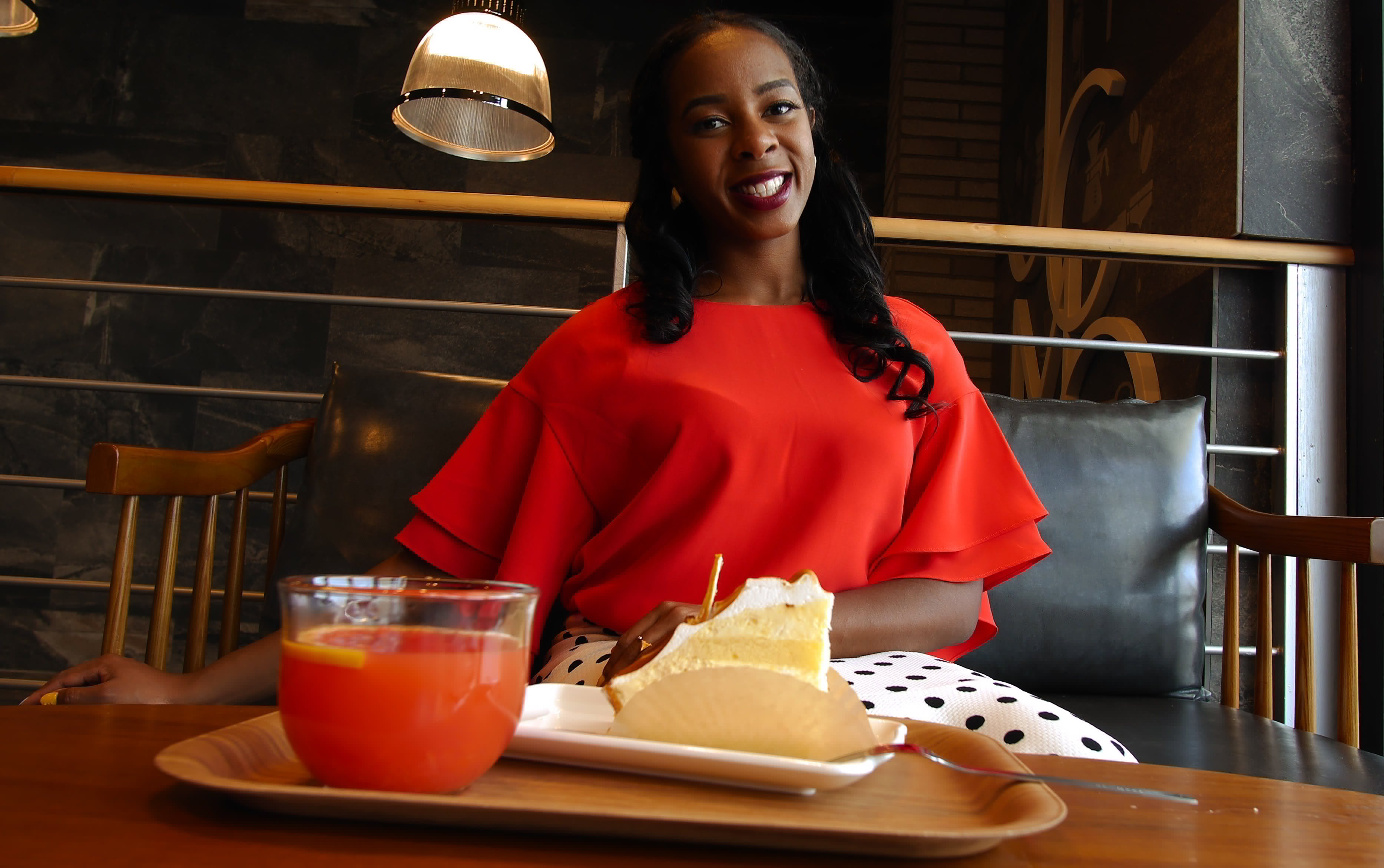 Kostnadsfri bild av afrikansk amerikan kvinna, ansiktsuttryck, bricka, dryck