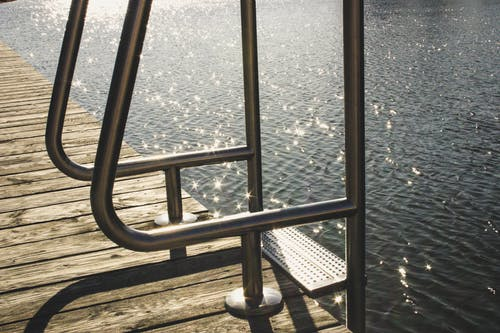 Photos gratuites de acier, balustrade en acier, eau, ondulations