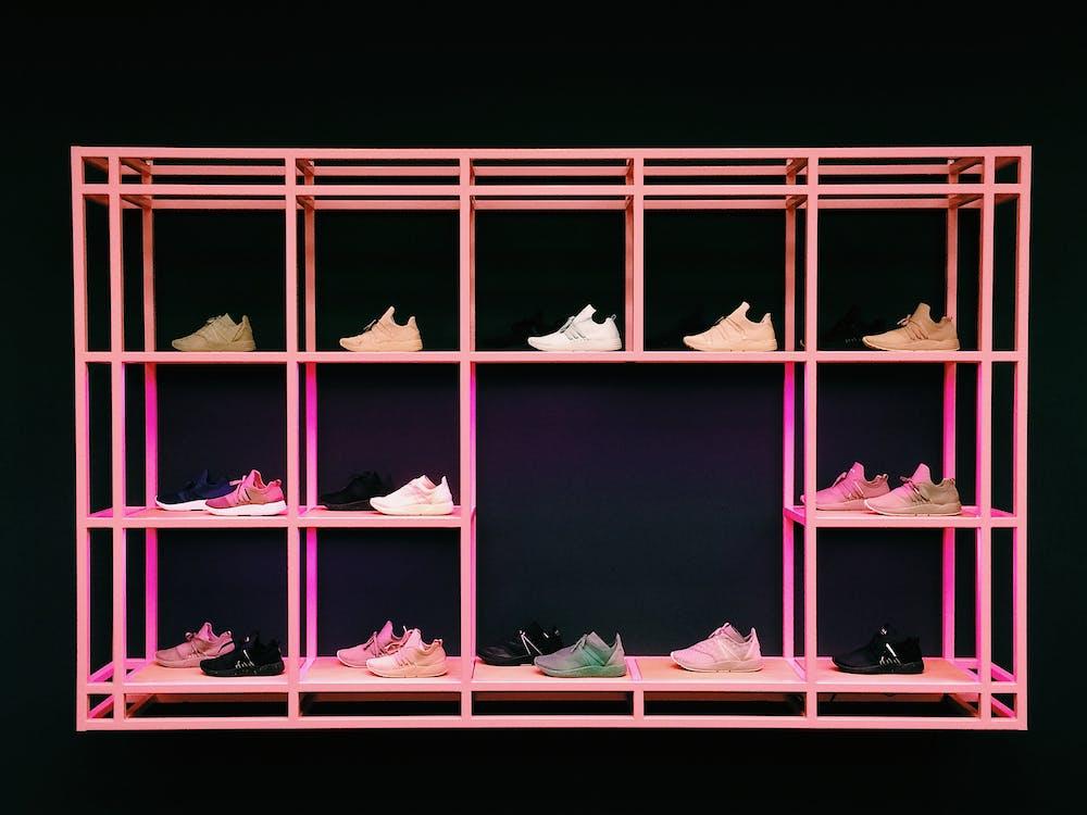 粉色鞋架配各種顏色和款式的鞋子