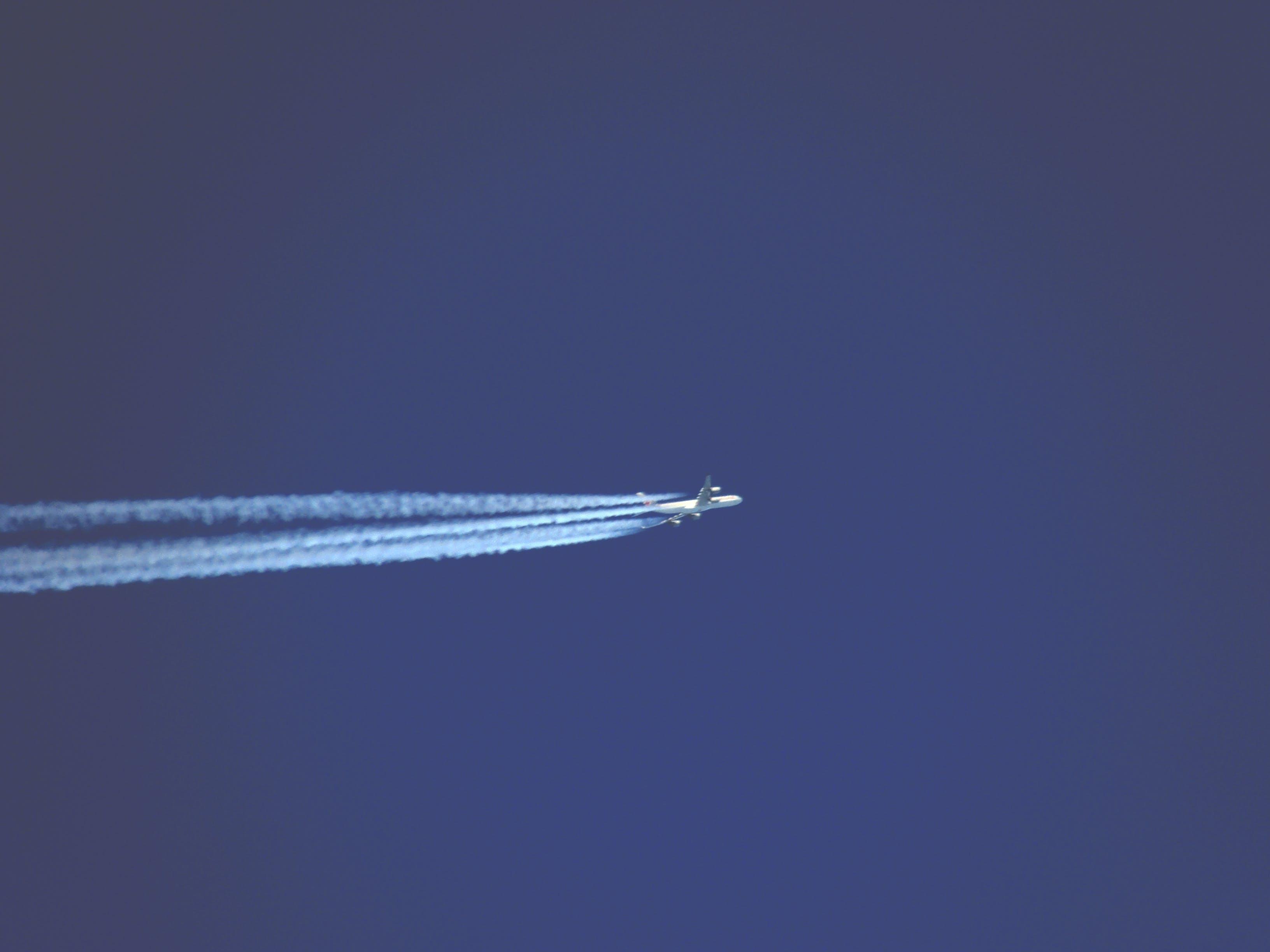 Kostenloses Stock Foto zu blau, flugzeug, himmel, hoch