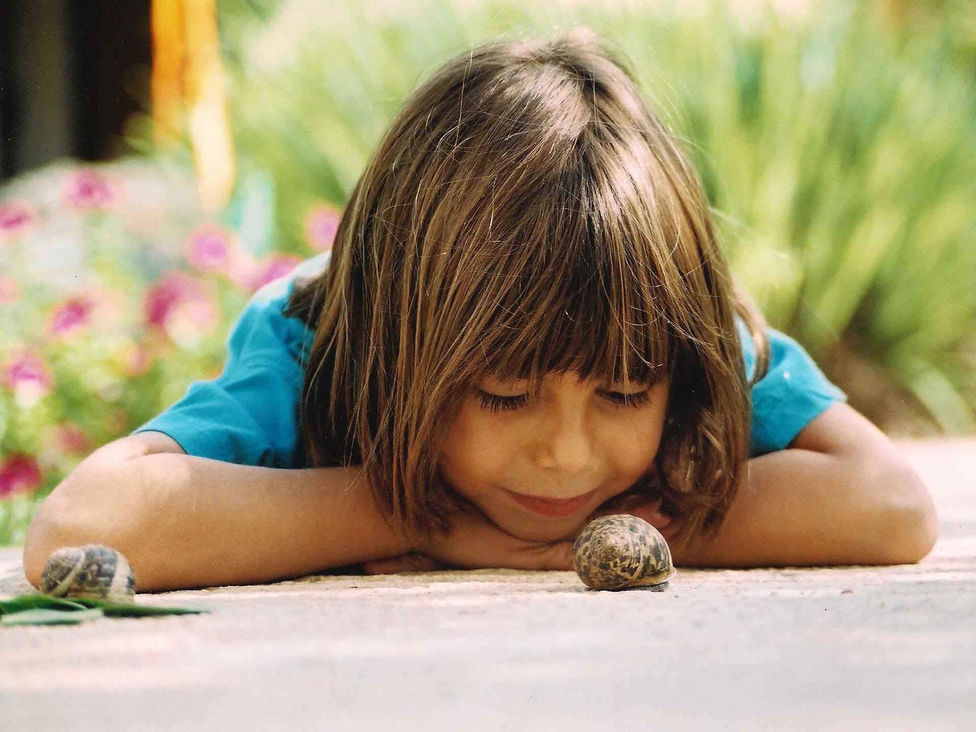 소녀 달팽이 자연에 밀접 하 게 찾고의 무료 스톡 사진