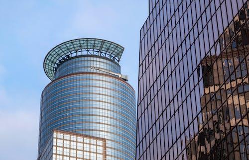 Ingyenes stockfotó ablakok, alacsony szögű felvétel, belváros, építészet témában