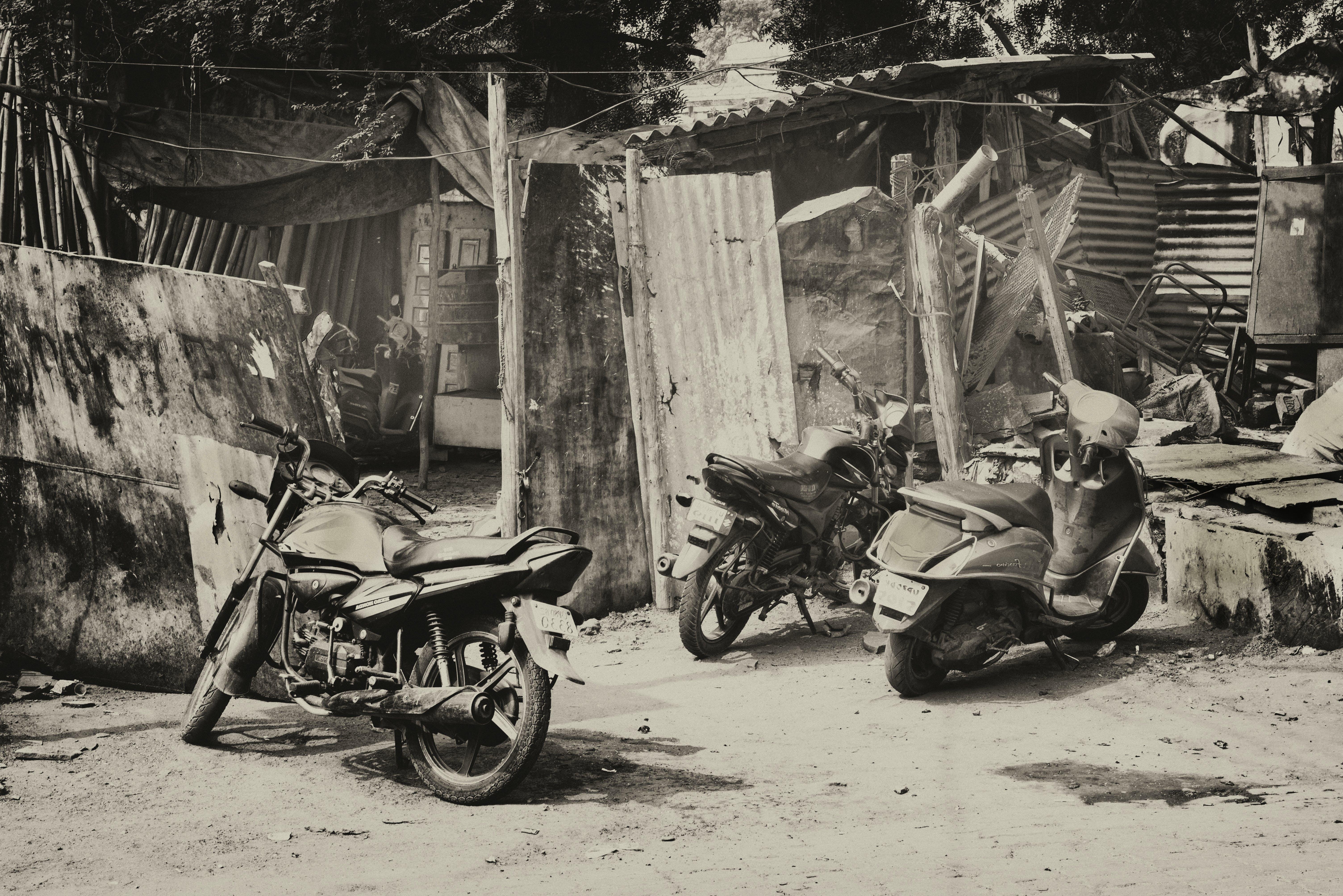 abur cubur, Araçlar, gri tonlama, motosikletler içeren Ücretsiz stok fotoğraf