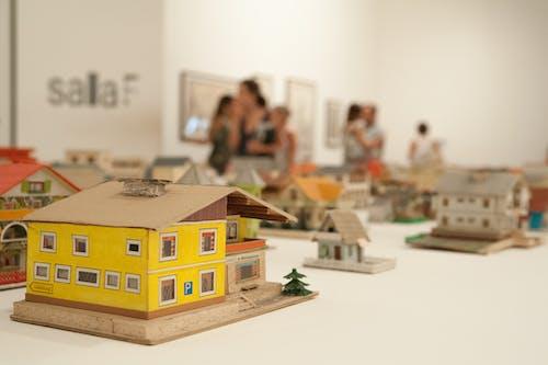 Gratis arkivbilde med innendørs, leker, mennesker, miniatyr