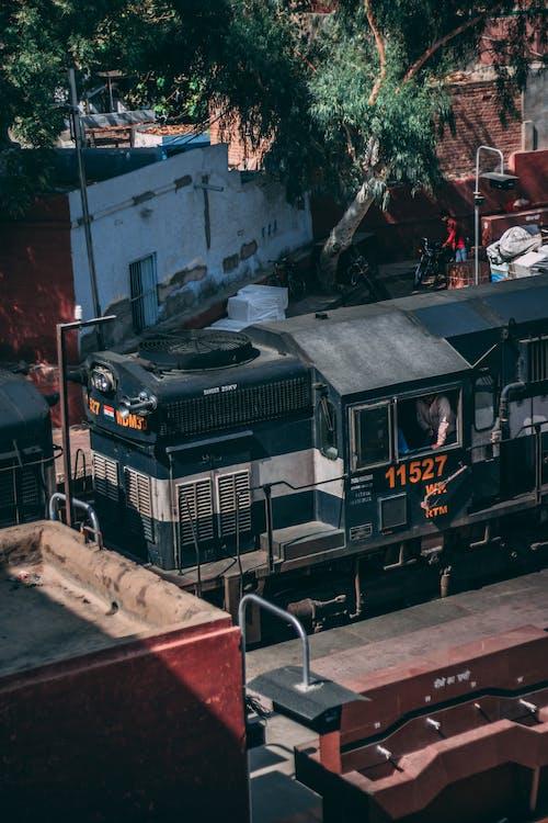 Foto stok gratis jalur kereta api, kendaraan, kendaraan umum, kereta api