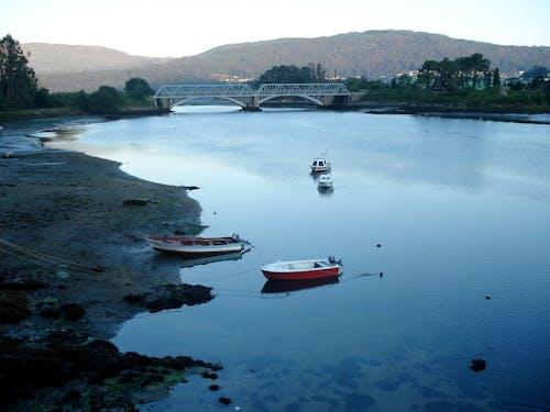 Ilmainen kuvapankkikuva tunnisteilla silta, vene, vesi, vuori