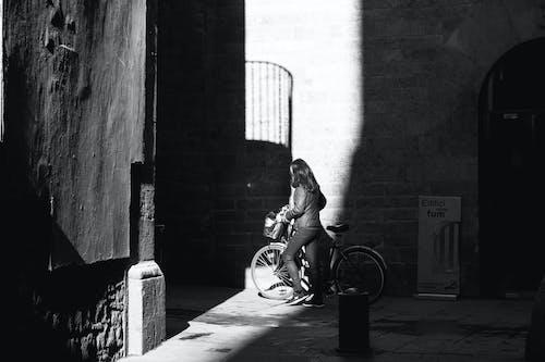 Fotos de stock gratuitas de adulto, blanco y negro, calle, carretera