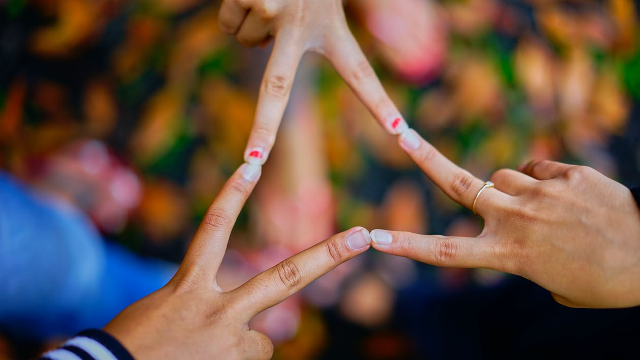 Fotografie Von Menschen, Die Ihre Finger Verbinden