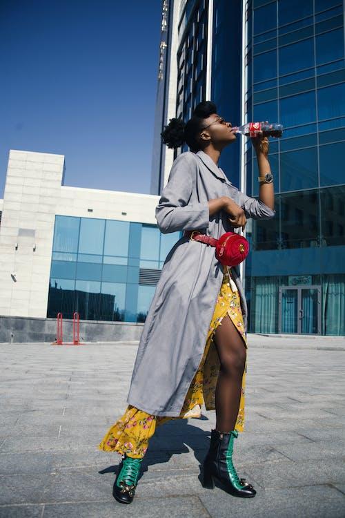 Бесплатное стоковое фото с голубой, городской, действие, длинное платье