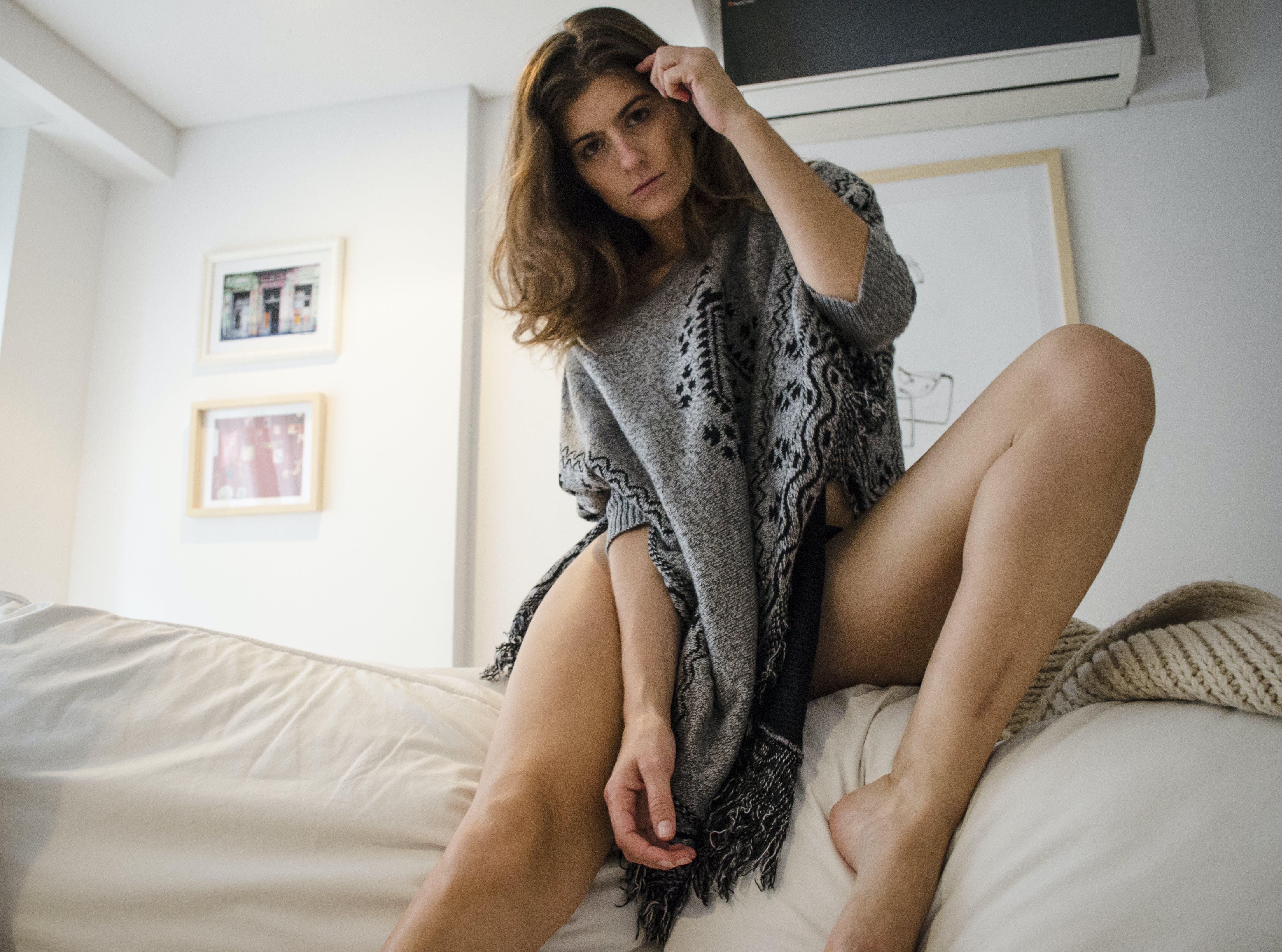 Kostenloses Stock Foto zu attraktiv, beine, brünette, dame