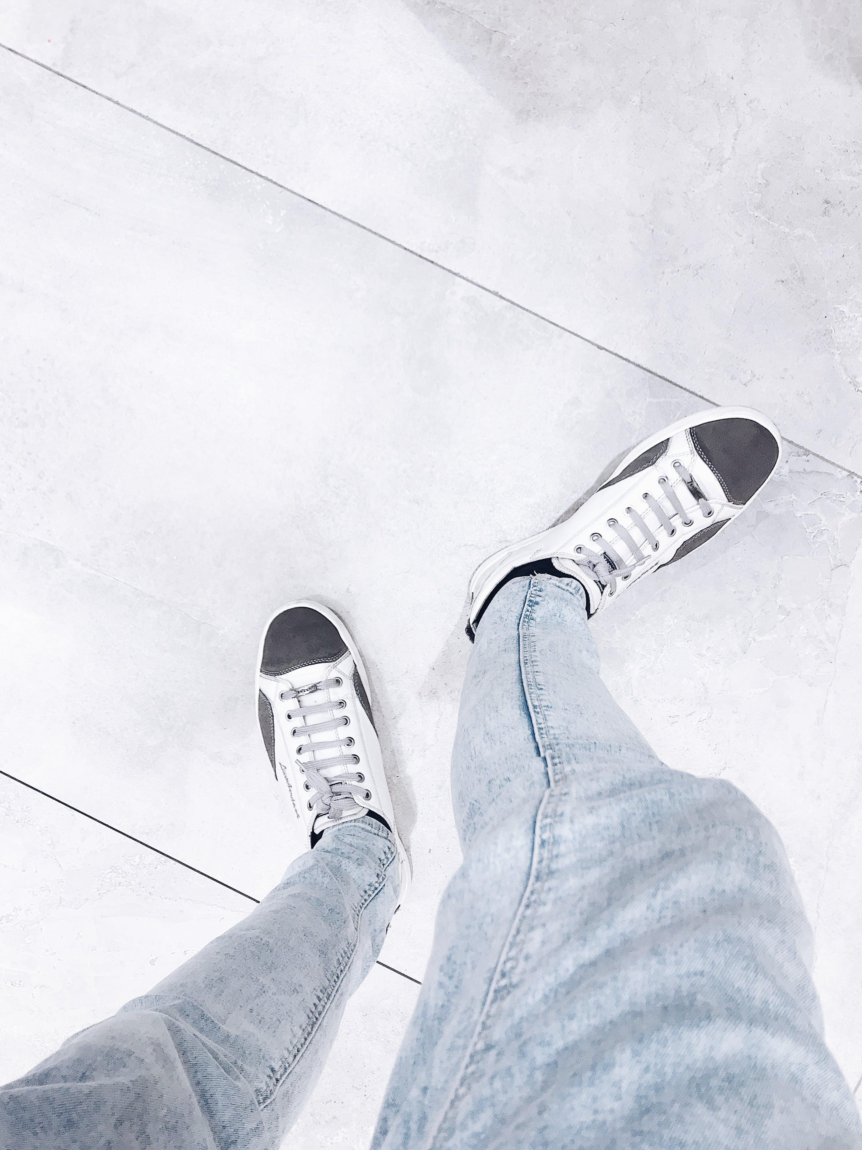 Kostenloses Stock Foto zu boden, denim jeans, fashion, fußbekleidung