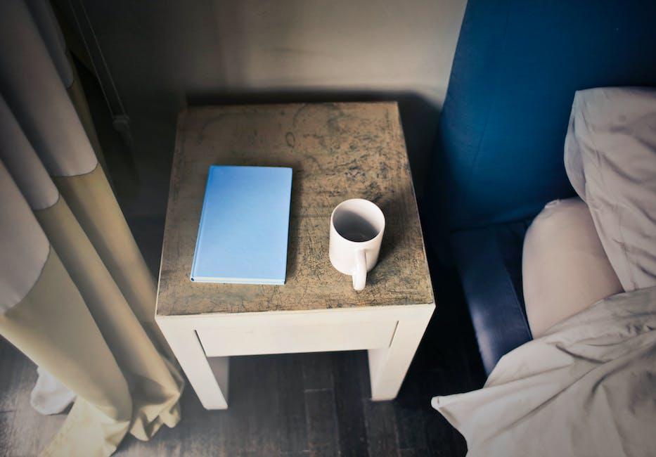 kostenloses foto zum thema becher beistelltisch bett. Black Bedroom Furniture Sets. Home Design Ideas
