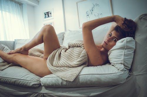 Foto stok gratis atraktif, bantal, berbaring, berbohong