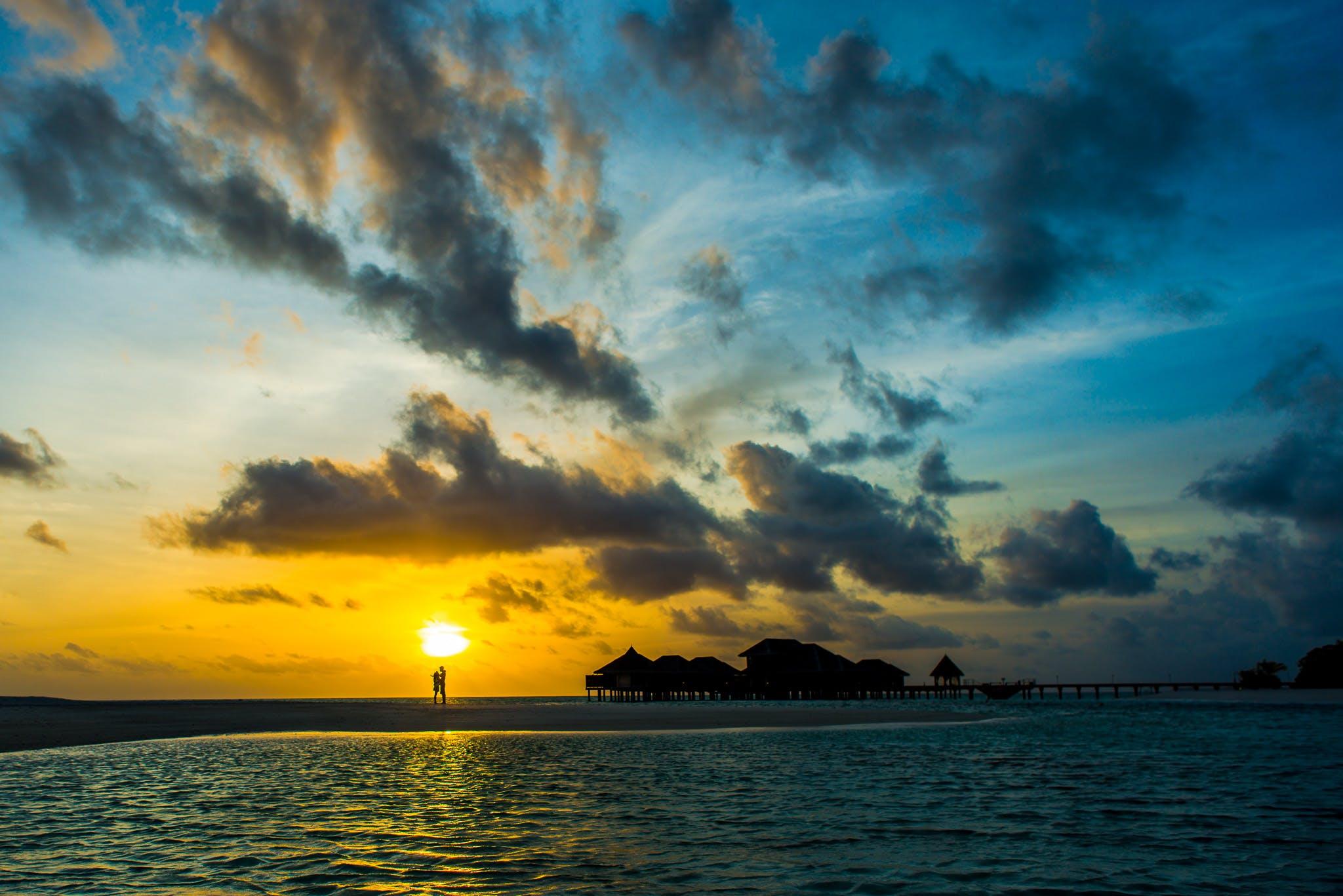 çift, çift hedefi, genç çift, gün batımı içeren Ücretsiz stok fotoğraf