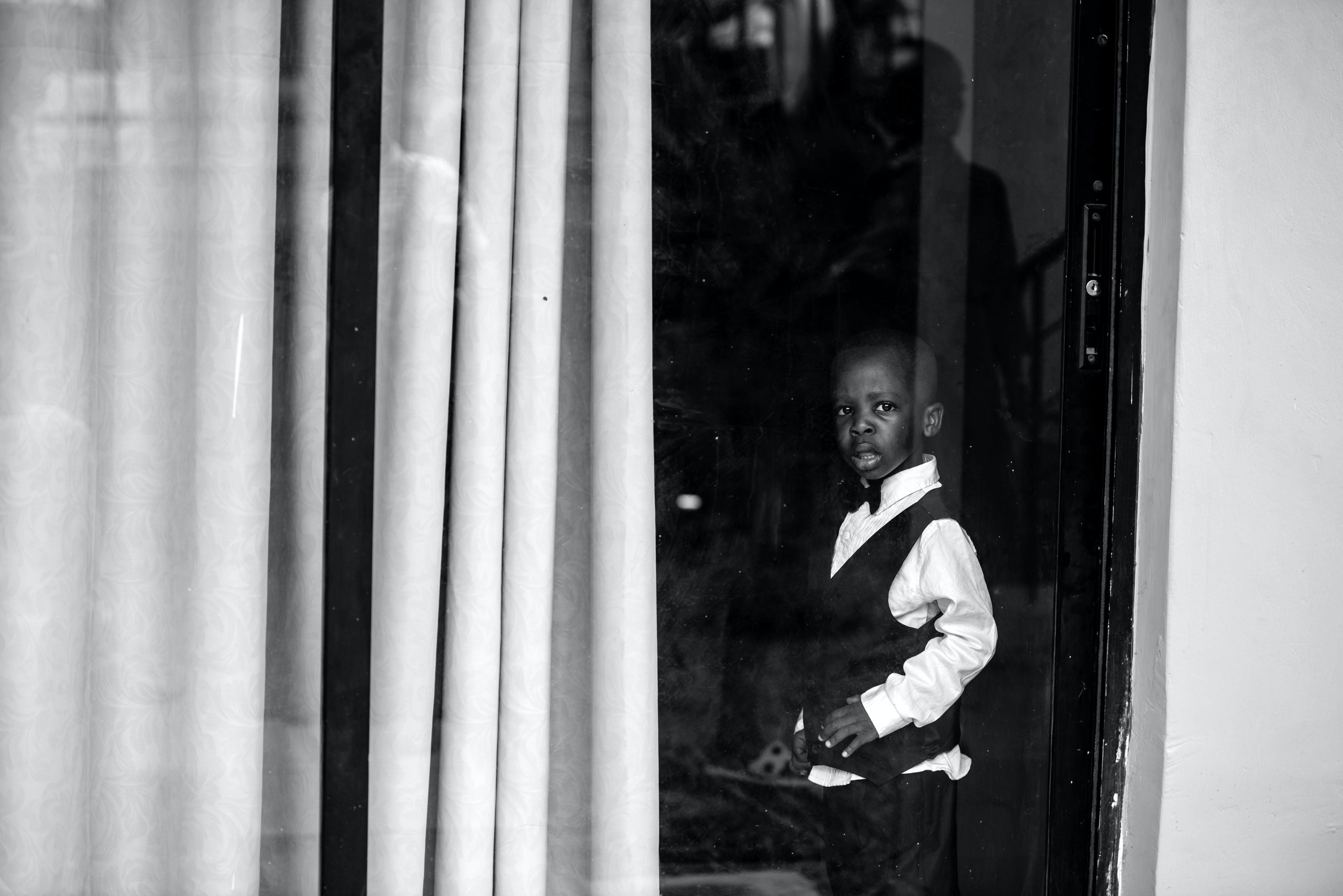 Foto d'estoc gratuïta de blanc i negre, conjunt de roba, de perfil, desgast