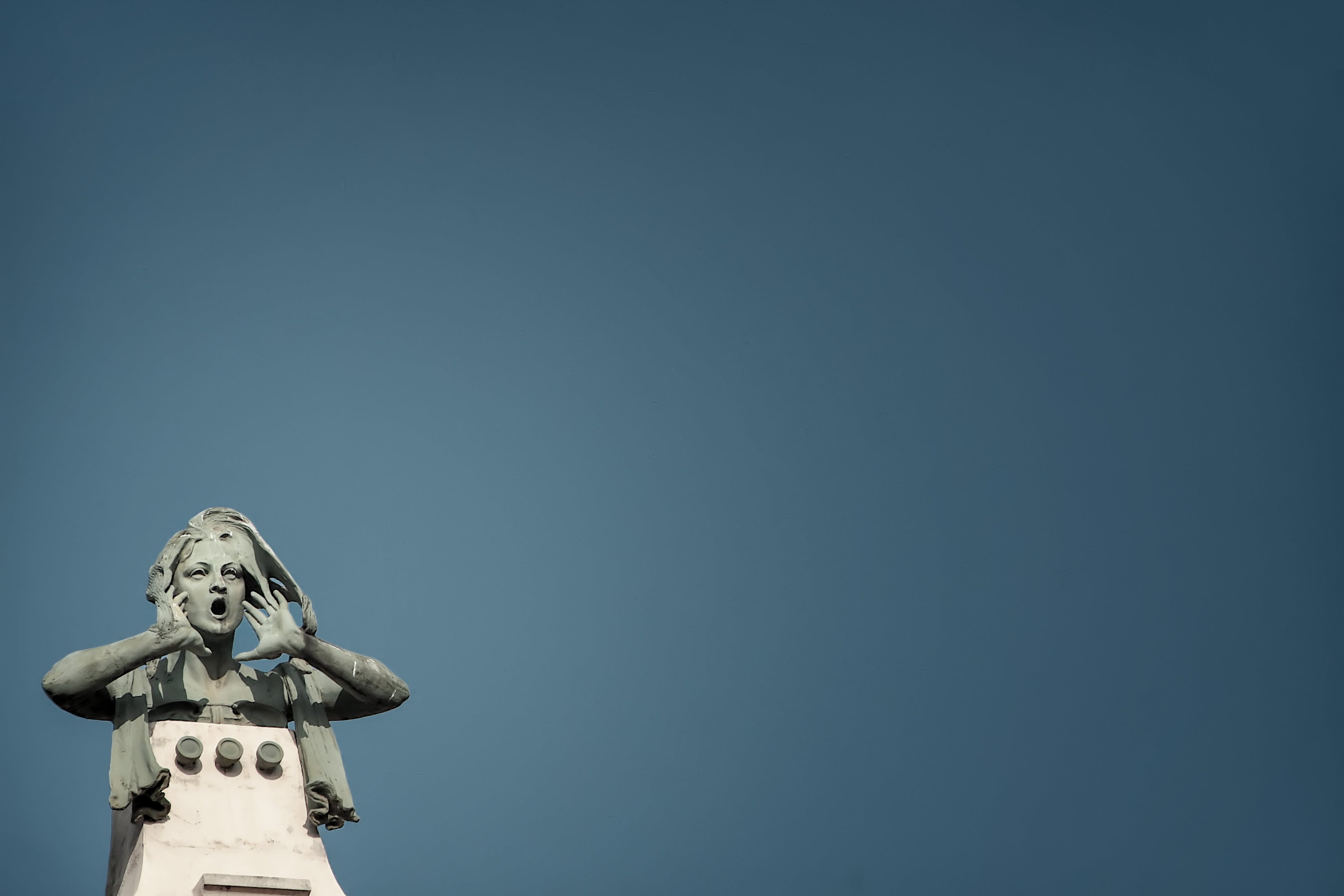 Photo of Gray Howling Woman Statue