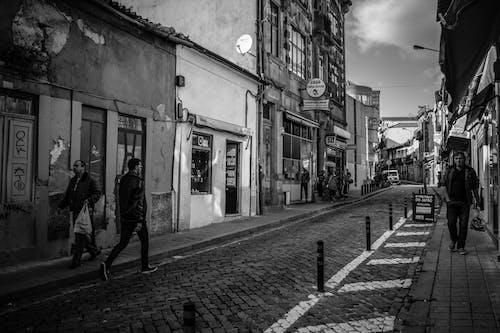 Základová fotografie zdarma na téma černobílá, dlažba, lidé, město