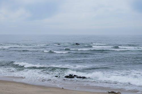Δωρεάν στοκ φωτογραφιών με ακτή, άμμος, αφρός της θάλασσας, βράχια
