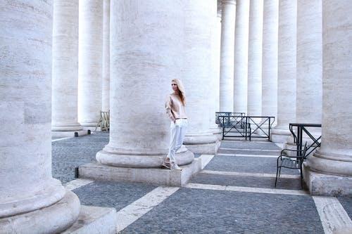 Бесплатное стоковое фото с архитектура, башня, библиотека, девочка