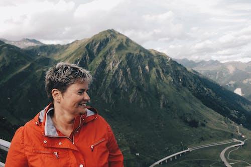 Persoon Die Een Windjack Draagt Die Zich Dichtbij Op Bergketen Bevindt