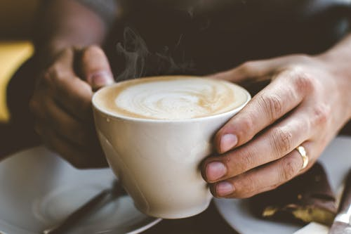 Kostnadsfri bild av cappuccino, dryck, fingrar, fokus