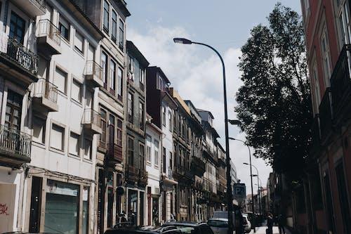 Kostenloses Stock Foto zu apartments, architektur, autos, bürgersteig