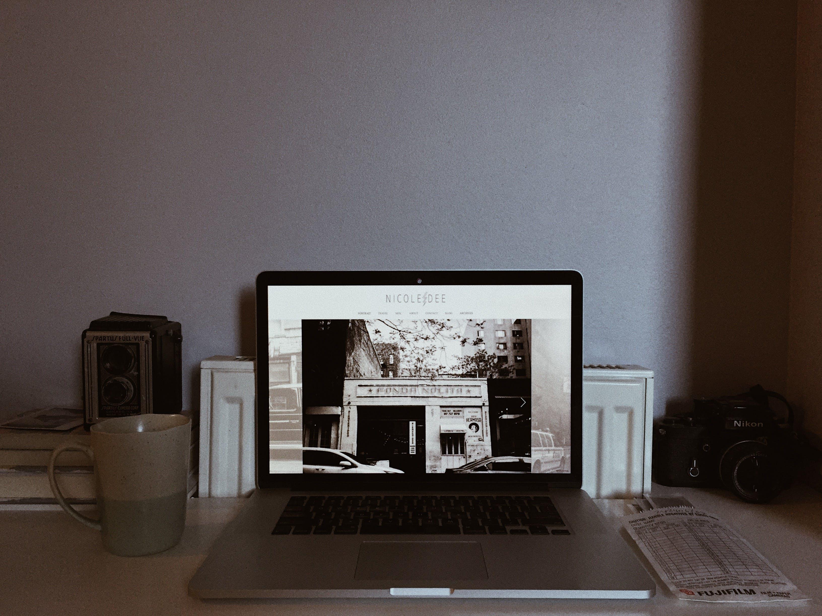 Gratis lagerfoto af analogt kamera, arbejdsrum, bærbar computer, hjemmekontor