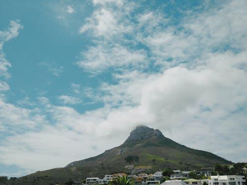 Gratis lagerfoto af bjerg, by, dagslys, huse