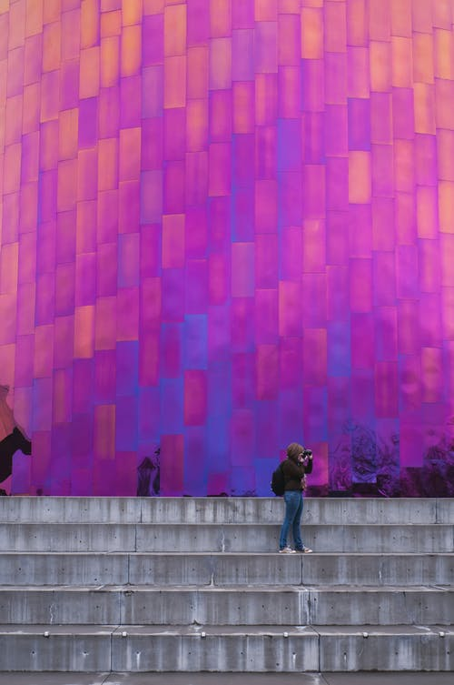 Darmowe zdjęcie z galerii z architektoniczny, budynek od zewnątrz, kobieta, kolor