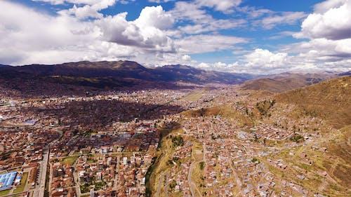 Základová fotografie zdarma na téma hory, město, mraky, obloha