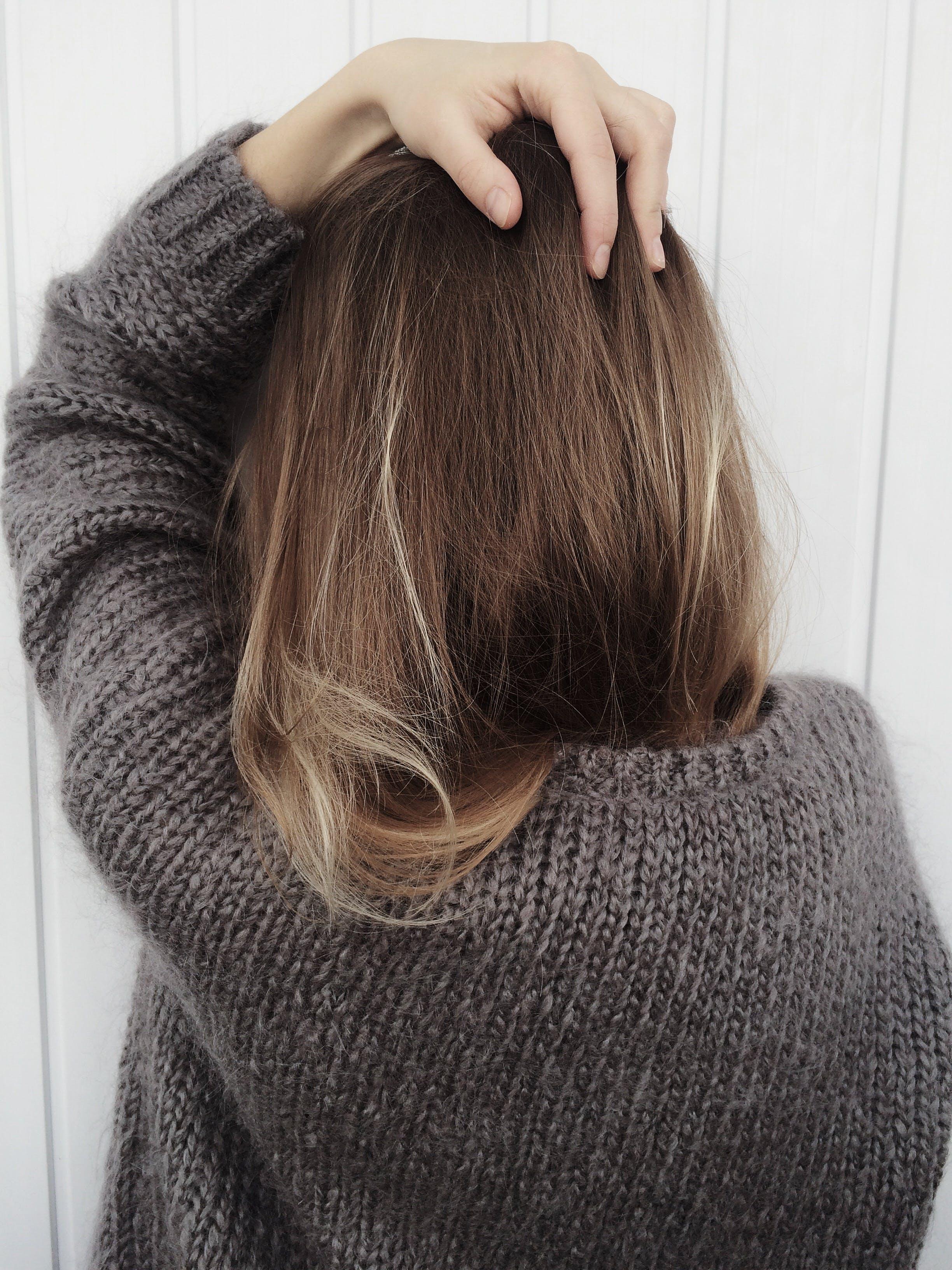 Fotos de stock gratuitas de adulto, cabello, jersei, mujer