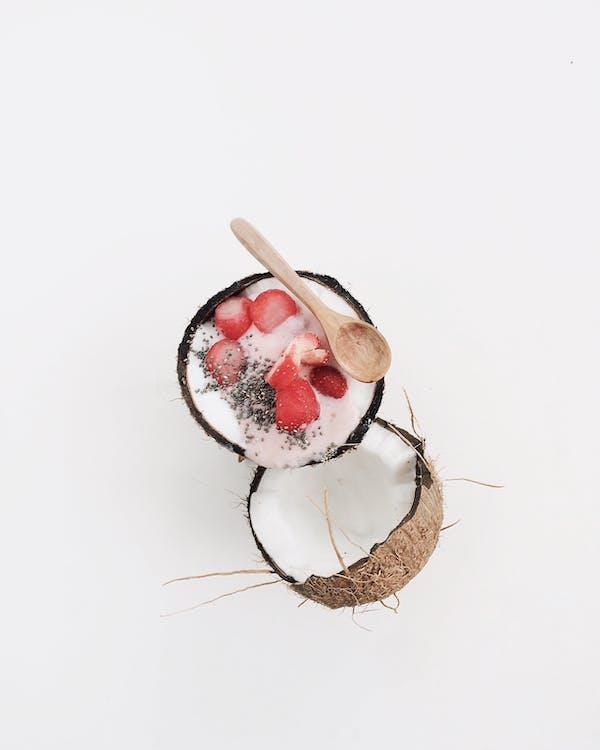 椰子充满水果切片