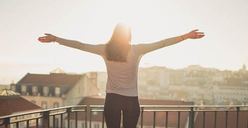 バルコニー, 人, 女性, 日光の無料の写真素材