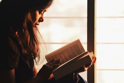 Foto stok gratis baca, berambut cokelat, Book, buku-buku