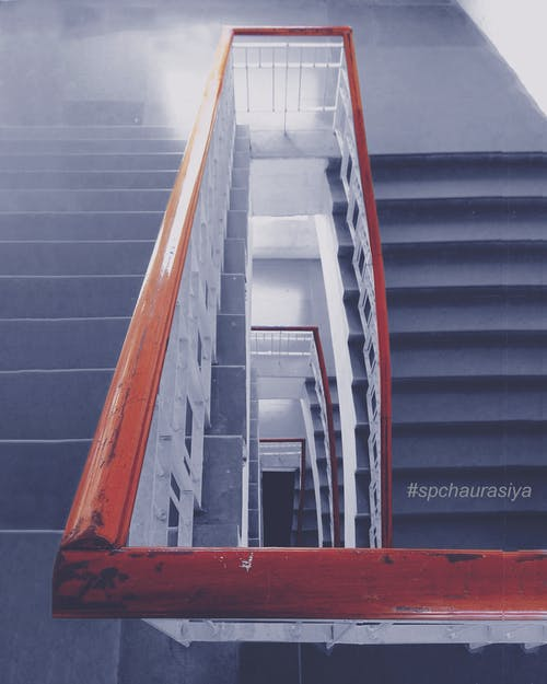 Gratis arkivbilde med korridor, nede, opp trappen, rekkverk