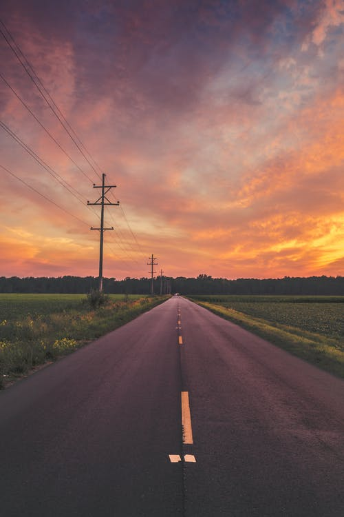 Gratis lagerfoto af aften, asfalt, bane, græs