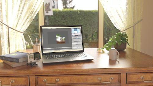 3番目の括弧, おはようございます, ノートパソコン, 朝の仕事の無料の写真素材