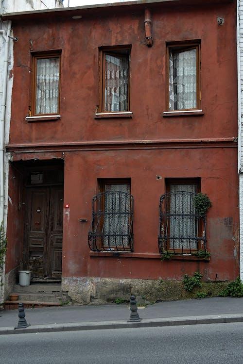 Foto profissional grátis de arte de rua, casas vermelhas, estado de espírito, janela de vidro