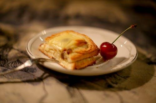 Gratis lagerfoto af ost toast og kirsebær i hvid plade