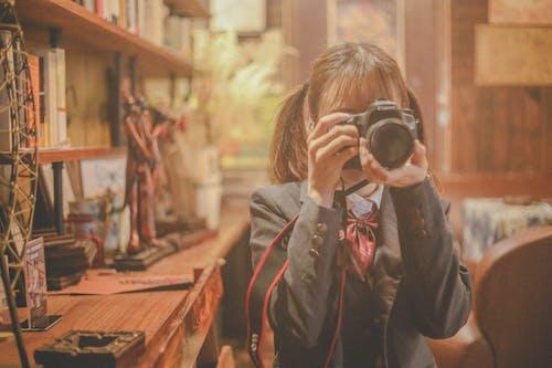 Gratis lagerfoto af pige tager billeder