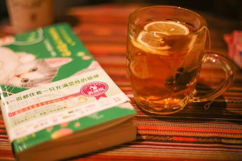Gratis lagerfoto af bog og te i glasflaske