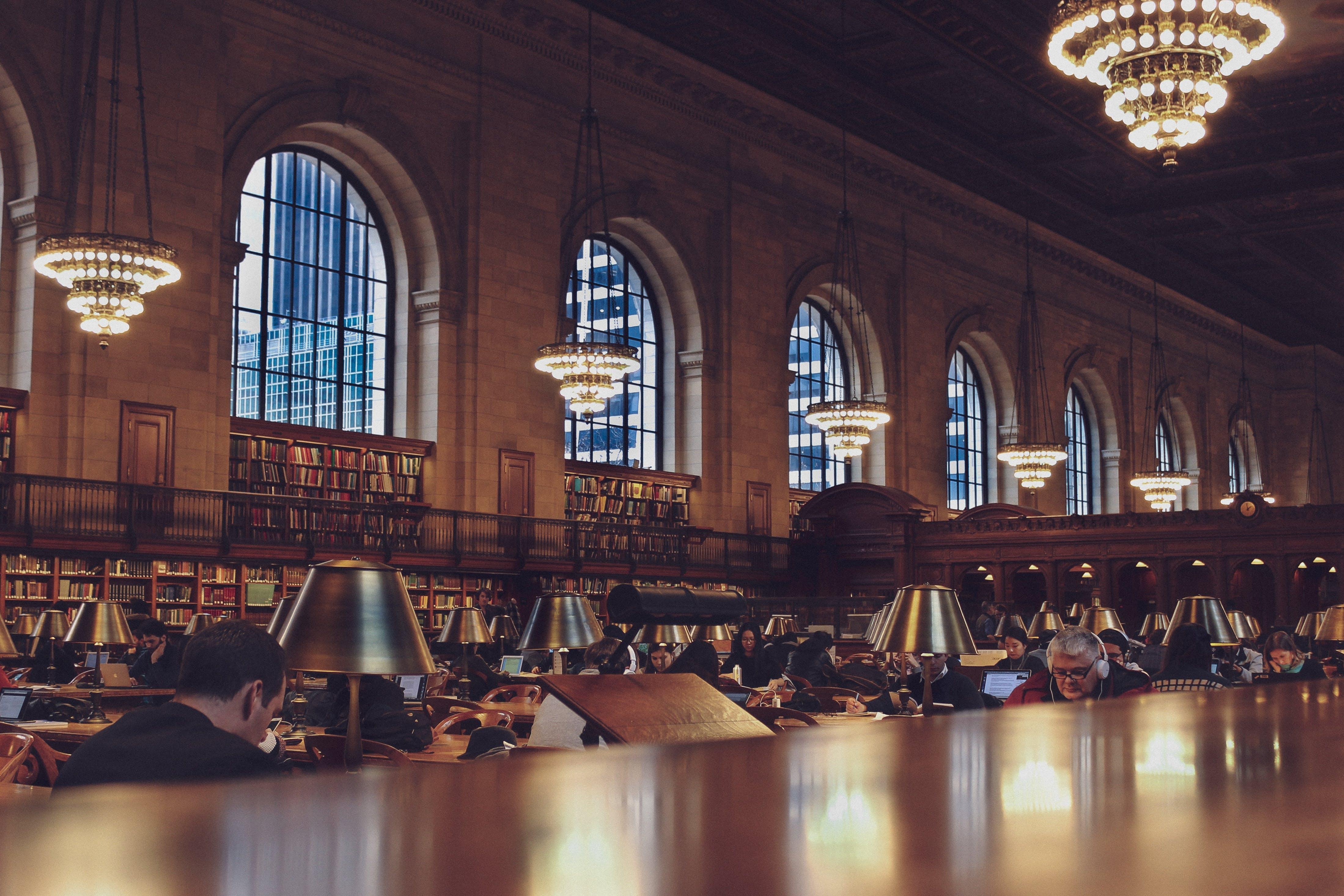 Immagine gratuita di architettura, biblioteca, dentro, edificio