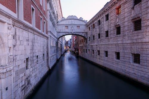 Foto profissional grátis de água, arquitetura, canal, cidade