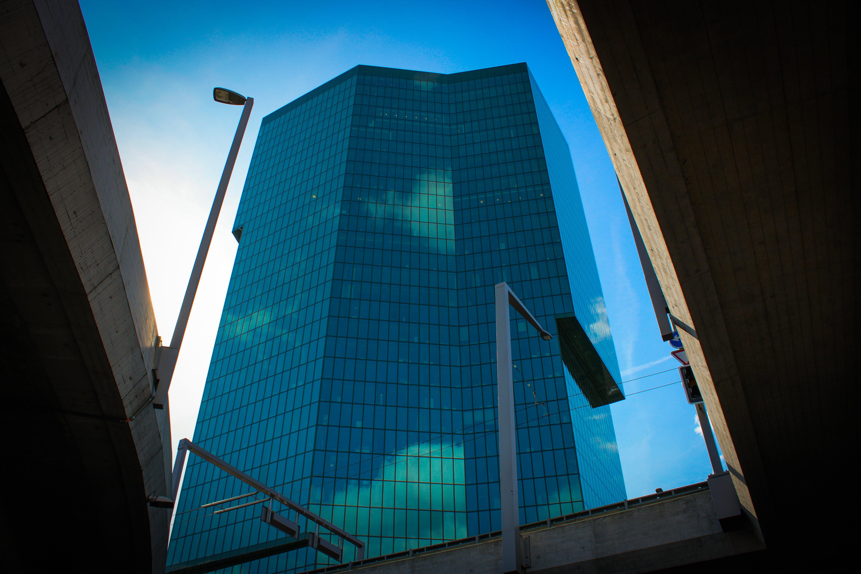 Immagine gratuita di alto, architettura, edificio, fotografia ad angolo basso